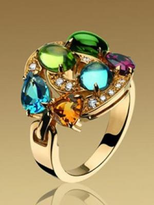 经典款式的彩色宝石戒指