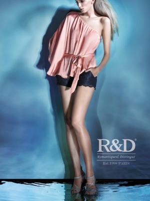 中外超模穿着2012夏季系列服饰缓缓走来
