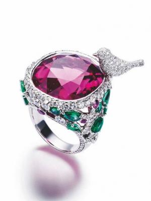 龙年戴款红色珠宝戒指给自己的2012年带来好运
