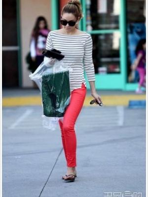 明星彩裤搭配 今年最流行红色黄色蓝色绿色