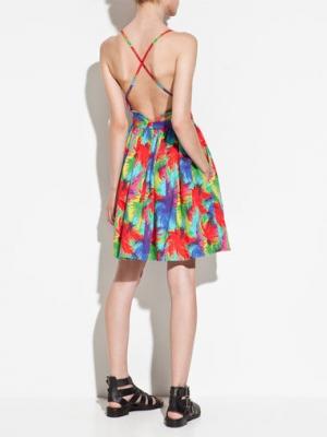 性感露背连衣裙 一转身的惊艳更让人着迷
