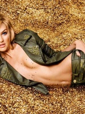 超模半裸代言牛仔裤 秀曼妙曲线演绎金粉女郎