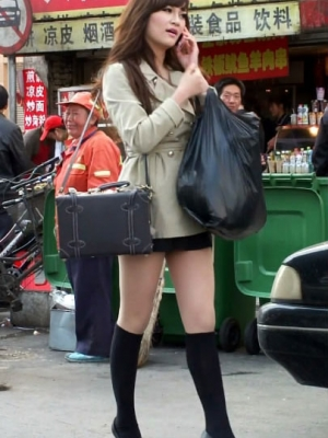 街拍超短裙MM的性感纤纤美腿