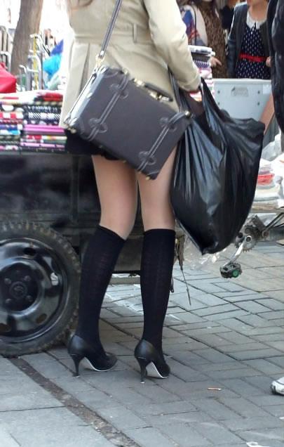 街拍超短裙MM的性感纤纤美腿图片
