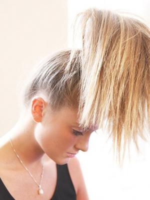 DIY花苞头发型让你清凉一夏又具有时髦感