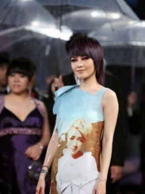 小魔女范晓萱造型成熟风范有魅力