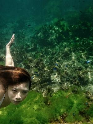 美女高难度的水下动作人像摄影 动态唯美让人惊叹