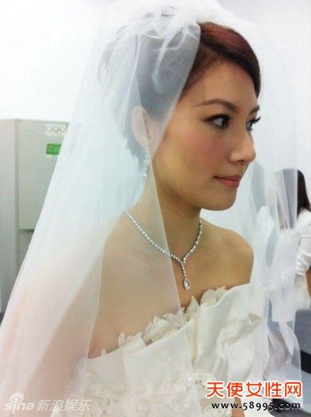 身着白色婚纱的谢杏芳美丽动人