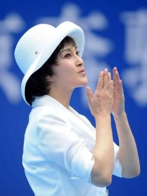 刘晓庆精致裸妆好气色 但忽略双手抗老