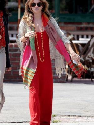 明星们街拍示范:秋日围巾搭配花色衣物