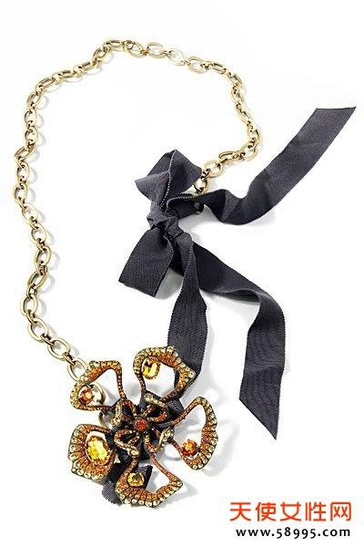 Lanvin2013珠宝系列,延续近几季Lanvin珠宝的夸张风潮。但是Lanvin的夸张又跟一般街头的浮夸不一样,细节之处无不显示出大牌的质感。大块水晶、花朵造型,这些女生最爱的元素,打造绝对多金有品的白富美造型。