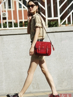 Prada配饰中的皮革贴花设计深受明星欢迎