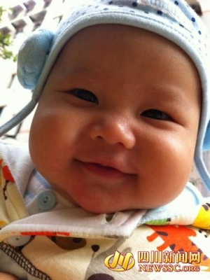 宝宝写真:小茄子对着哥哥姐姐笑